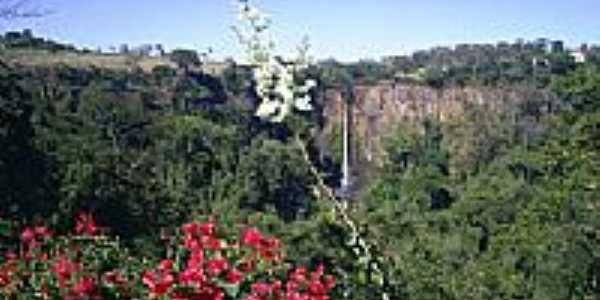 Cachoeira Itambé em Cássia dos Coqueiros.