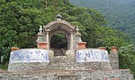 Cubat�o - Monumento com detalhes em azulejos-Caminho do Mar-Foto:Marcelo Parise Petaz�