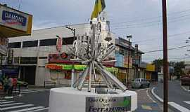Ferraz de Vasconcelos - Ferraz de Vasconcelos-SP-Monumento na Av.XV de Novembro-Foto:Vitor J. Quarelo