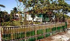 Ilha Diana - Ilha Diana-SP-Cerca da casa com garrafas pets retiradas da maré-Foto:paulofjfoto.wordpress.com
