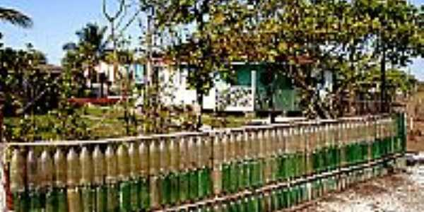 Ilha Diana-SP-Cerca da casa com garrafas pets retiradas da maré-Foto:paulofjfoto.wordpress.com