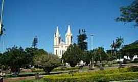 Itirapuã - Praça e Igreja Matriz-Foto:Alexandre Bonacini