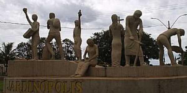 Jardinópolis-SP-Esculturas feitas por Adélio Sarro Sobrinho na entrada da cidade-Foto:MARCO AURÉLIO ESPARZA