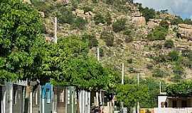 Poço de Fora - Poço de Fora-BA-Rua na base da montanha-Foto:rotadosertao.