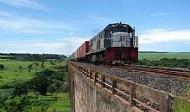 Orlândia - Orlândia-SP-Locomotiva passando na ponte-Foto:davi lavalle