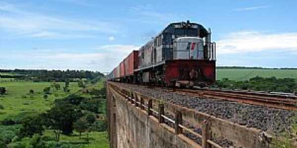 Orlândia-SP-Locomotiva passando na ponte-Foto:davi lavalle