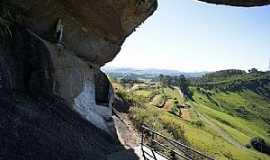 Pedra Bela - Pedra Bela-SP-Gruta no Morro-Foto:Ernandes C Santos