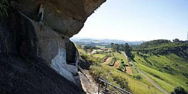 Pedra Bela-SP-Gruta no Morro-Foto:Ernandes C Santos