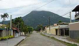 Peruíbe - Peruíbe-SP-Rua da cidade e o Morro de Guaruá-Foto:patrique3000