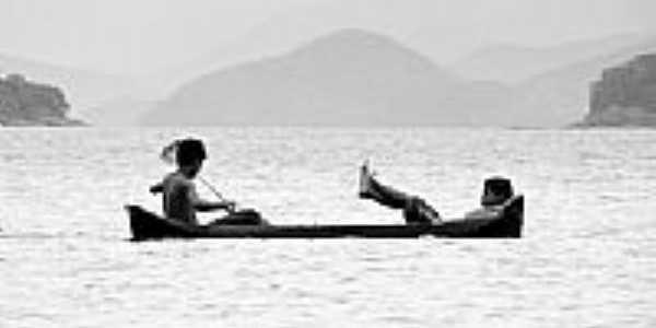 Canoa caiçara, por Theo Andrade