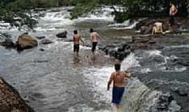 Pontes Gestal - Crianças nas cachoeiras por rubiato