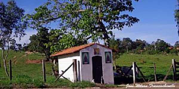 Capela na beira da estrada - Porangaba/SP