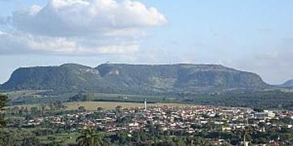 Santo Antônio da Alegria, vendo-se ao fundo o morro do Baú