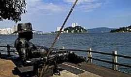 São Vicente - Monumento ao pescador à beira mar em São Vicente-Foto:Sergio Delmonico