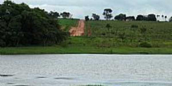 Lago e estrada para o Recanto Primavera em Sud Mennucci-SP-Foto:Sergio Loebel