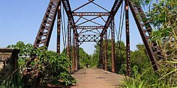 Suinana-SP-Ponte de Ferro sobre o Rio Turvo-Foto:Amauri José Granzotto