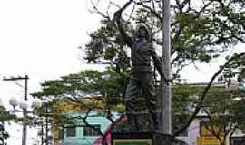 Suzano - Monumento na Pra�a dos Expedicion�rios em Suzano-Foto:adilson.ball