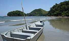 Ubatuba - Barco na praia de Ubatumirim em Ubatuba-SP-Foto:Nilson Kabuki