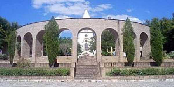 Santa Bárbara-BA- Monumento em frente a Matriz de Santo Antônio-Foto:santabarbara.ba.